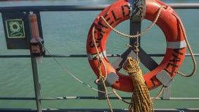 手段帮助淹没 lifebuoy 船的设备 免版税库存图片