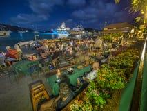 手段游艇酒吧在晚上 免版税库存照片