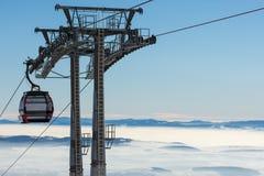 手段滑雪 长平底船推力 滑雪吊车客舱在滑雪胜地的 库存图片