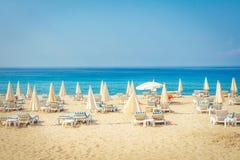 手段热带海海滩 在海滩的暑假在土耳其 阿拉尼亚海滩 图库摄影