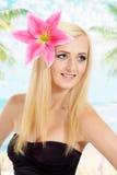 手段的可爱的金发碧眼的女人 免版税库存图片