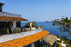 手段红瓦顶沿Ixtapa海湾海岸线的在墨西哥 库存图片