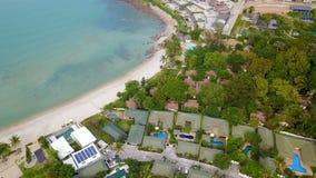 手段鸟瞰图与游泳池的在热带海岛 股票视频