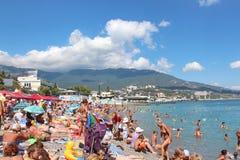 手段,公开Pebble海滩的人们在黑海附近在阿卢什塔,乌克兰 库存图片