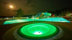 手段水池在晚上 库存照片