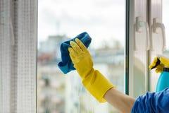 手清洁窗口在家使用洗涤剂旧布 库存图片