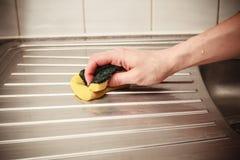 手清洁厨房水槽 图库摄影