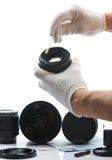 手清洁透镜特写镜头  库存图片