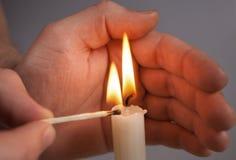 手点燃蜡烛 图库摄影