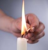 手点燃蜡烛 免版税库存图片