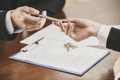 手特写镜头有一支笔的对签合同 免版税库存照片