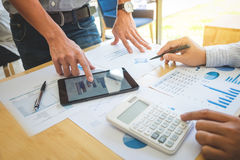 手特写镜头使用数字式片剂,两企业同事m的 免版税库存图片
