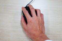 手特写镜头使用计算机老鼠的 免版税库存照片