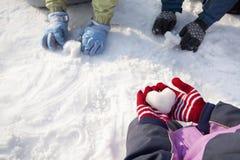 手特写镜头在使用在雪的冬天手套的 免版税图库摄影