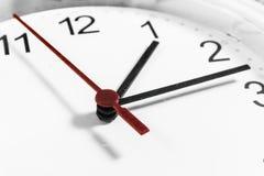手特写镜头在时钟表盘的 敏感焦点 库存图片