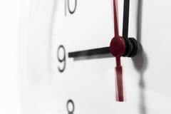 手特写镜头在时钟表盘的 敏感焦点 免版税库存图片