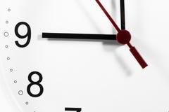 手特写镜头在时钟表盘的 敏感焦点 免版税库存照片