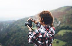 手现代照片照相机的行家旅游女孩举行,在照相机技术作为摄影点击,旅途的摄影师神色 免版税库存照片