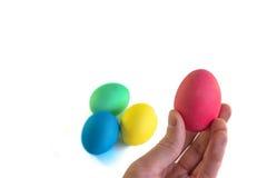 手用在白色背景的五颜六色的复活节彩蛋 免版税库存图片
