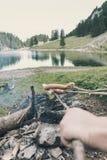 手用棍子在Seealpsee湖, Ap前面的烤肉香肠 免版税库存图片