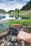 手用棍子在Seealpsee湖, Ap前面的烤肉香肠 免版税图库摄影