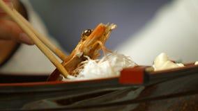 手用筷子作为虾 股票录像
