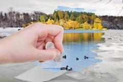 手由橡皮擦删除冰块在冬天河 免版税库存图片