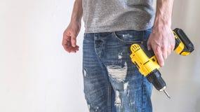 手电工具:一把黄色电螺丝刀在手上 免版税库存图片