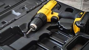 手电工具:在一个被铸造的黑匣子的一把黄色螺丝刀 免版税库存图片