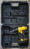 手电工具:在一个被铸造的黑匣子的一把黄色螺丝刀 图库摄影