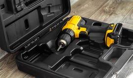 手电工具:在一个被铸造的黑匣子的一把黄色螺丝刀 库存图片
