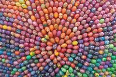 手画五颜六色的复活节彩蛋 免版税库存照片