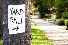 手画庭院旧货出售标志 免版税库存照片