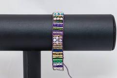 手的一边缝了平的串珠的镯子 免版税库存图片