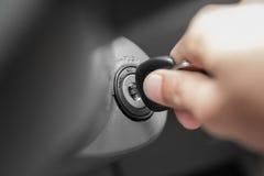 手的人接通钥匙,发动汽车的引擎 库存照片