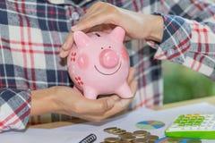 手的保护的存钱罐,储款保护,财政树篱,风险管理 免版税库存图片