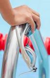 手的关闭有游泳体育在金属的风镜劫掠的 免版税图库摄影