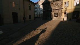 给手的典雅的减速火箭穿戴的夫人的阴影她的忠勇伙伴在布拉格老市 股票视频