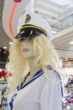 水手的时装模特女孩白肤金发的衣物有盖帽的 免版税库存图片