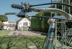 手的特写镜头在一个私有庭院制造了道路被看见的竟赛者自行车 免版税图库摄影