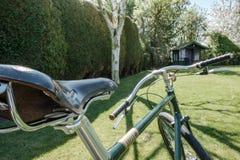 手的特写镜头在一个私有庭院制造了道路被看见的竟赛者自行车 免版税库存图片