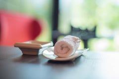手的白色毛巾在一张桌上在寿司餐厅 免版税库存图片