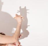 从手的阴影在白色墙壁上 库存图片