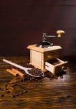 手研磨机和木头匙子用咖啡豆 免版税图库摄影