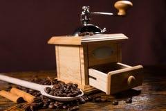 手研磨机和木头匙子用咖啡豆 免版税库存照片