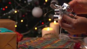 手礼品包装材料的被收获的弓 影视素材