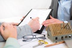 手签署的合同细节在一个房地产开发商办公室 免版税库存图片