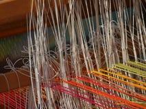 手织机的螺纹的细节,后面穿线 免版税库存照片