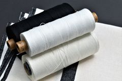 手织的棉花和亚麻布毛巾特写镜头与毛线的用于做毛巾 纺织品 库存照片