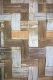 手织的竹席子特写镜头垂直背景 免版税库存照片